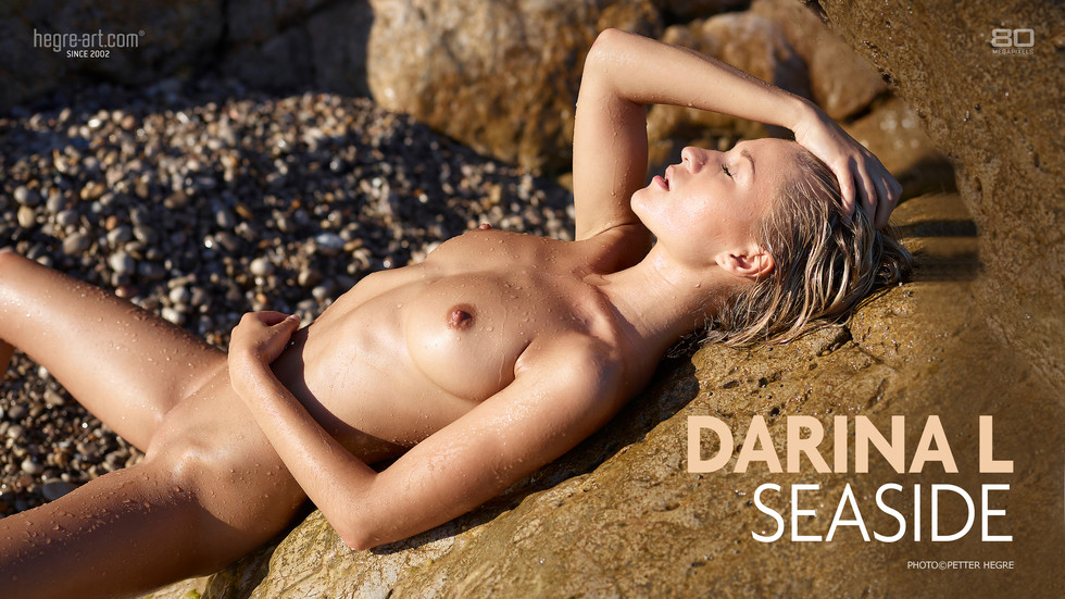 DarinaL Seaside public nude photo